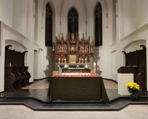 Altar gefüllt mit Kerzen