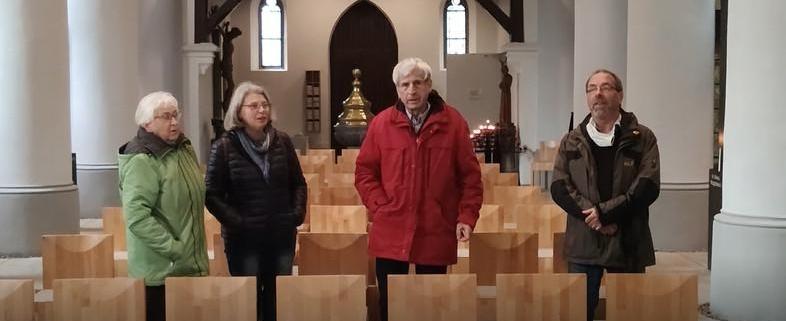 zwei Männer und zwei Frauen singen in der Grabeskirche
